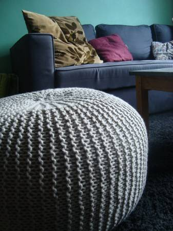 un pouf en tricot lejardindeclaire. Black Bedroom Furniture Sets. Home Design Ideas